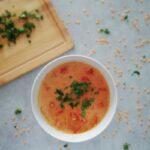 Zupa z czerwonej soczewicy i pomidorów posypana natką pietruszki